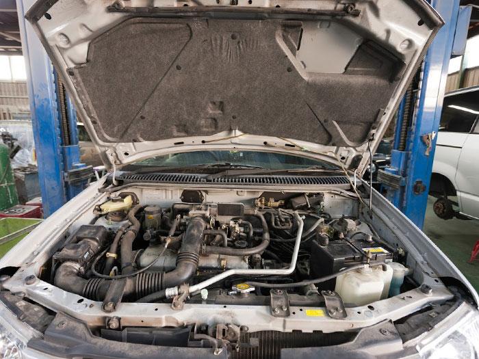 車のボンネットを開いている