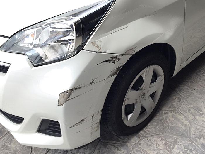 車に傷がついている